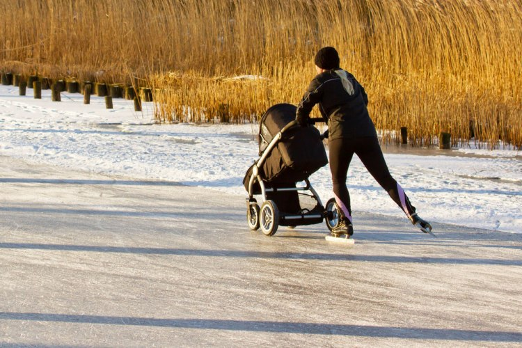 vrouw-met-kinderwagen-Elfstedentocht-Dutch-Girl-in-London