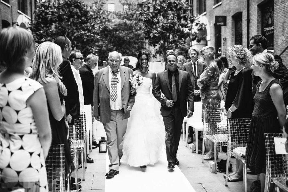 Op onze trouwdag liep ik met mijn Vader en broer over de witte loper