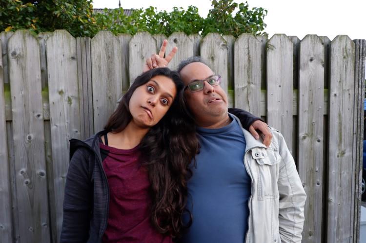 Portret Zarina met broer die gekke bekken aan het trekken zijn