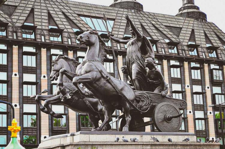 statue of Boudica in her horse-drawn carriage on London Bridge