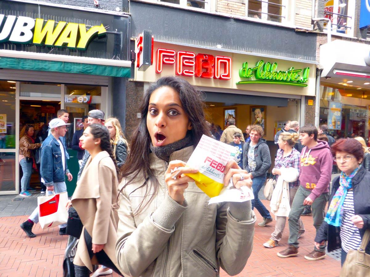 Portret van mij met een kroket van de Febo, een voorbeeld van typisch Nederlands eten dat ik mis in het buitenland
