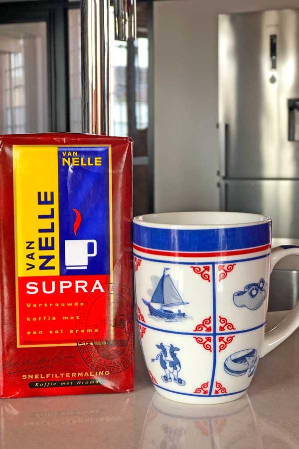 Mok met Nederlandse motieven en een pak Van Nelle koffie